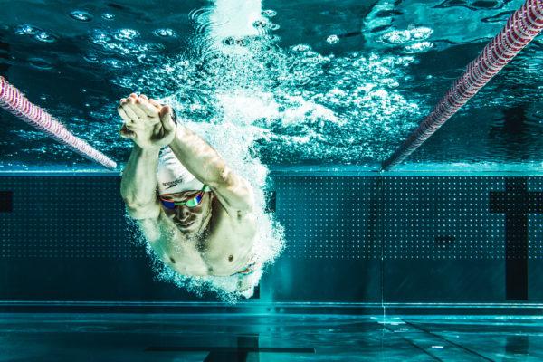 Sprung ins Schwimmbecken - Triathlet Georg Horner